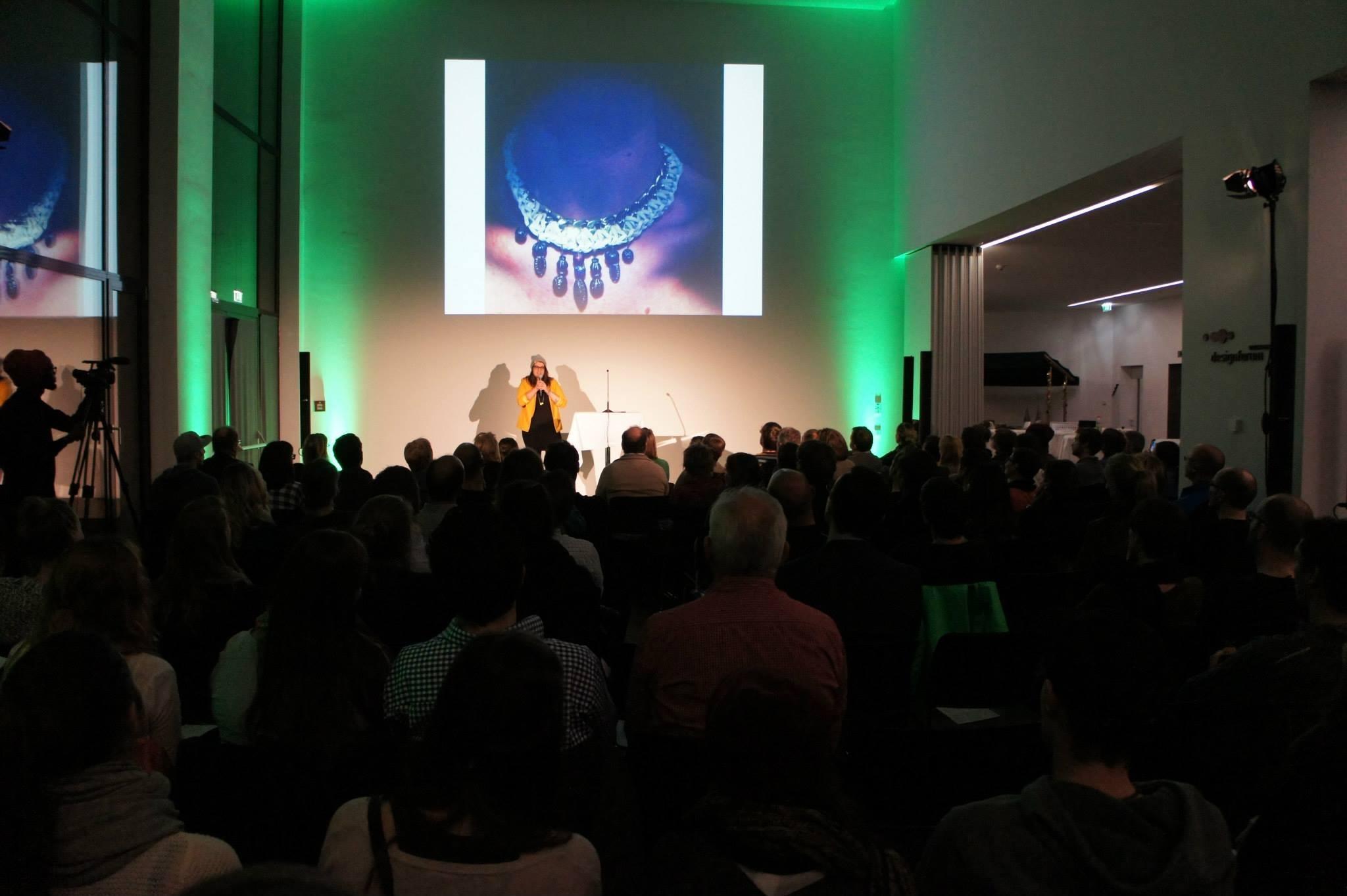 Simone Angerer spricht auf der Pecha Kucha Night in Dornbirn