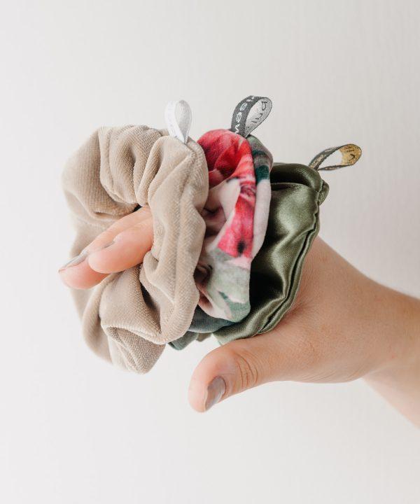 Scrunchie Set aus verschiedenen schönen Stoffen. Von Hand gemacht und genäht von Indivisew. Foto von Martin Schachenhofer.