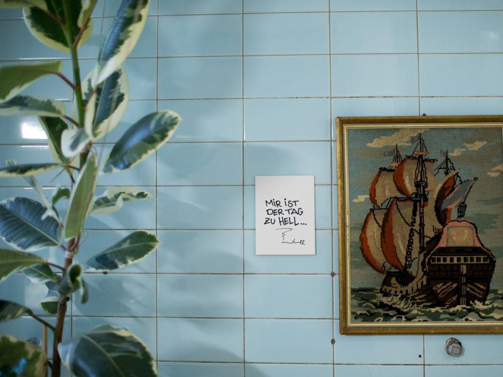 Mir ist der Tag zu hell. Deko Fliese für Drinnen und Draußen von House of Klunkar-Artist idee.