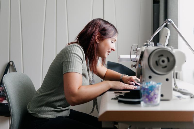 Textil Artist Theresa Linher von Indivisew in ihrem Nähstudio. Foto von Martin Schachenhofer.