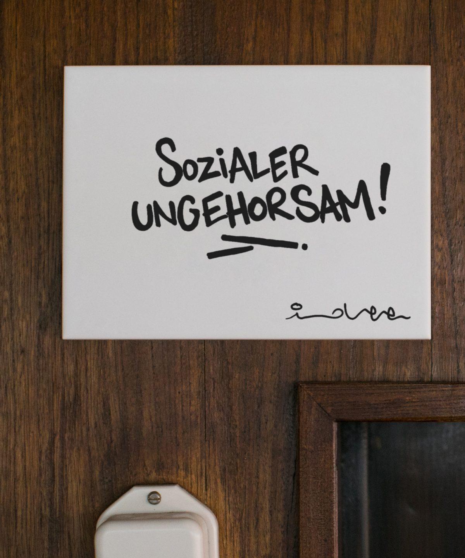 Wandkachel Sozialer Ungehorsam von Streetartist idee. Limitiert verfügbar bei House of Klunkar. Foto by Nina Bröll.