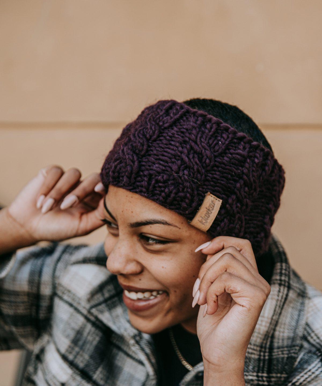 Breites Stirnband von Klunkar. Von Hand gestrickt auf hochwertiger Merino Schurwolle. Foto von Pia Pia Pia Berchtold.