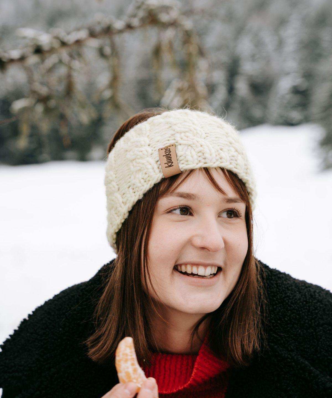 Stirnband aus 100% Merino Schurwolle. Von Hand Gestrickt von Klunkar. Wintertime mit Mandarine. Foto von Pia Pia Pia Berchtold.