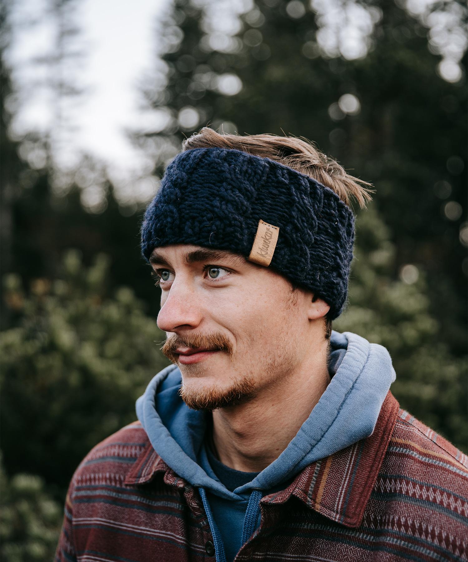 Stirnband aus reiner Merino Schurwolle. Gefertigt von Klunkar im Bregenzerwald. Foto von Pia Pia Pia Berchtold.
