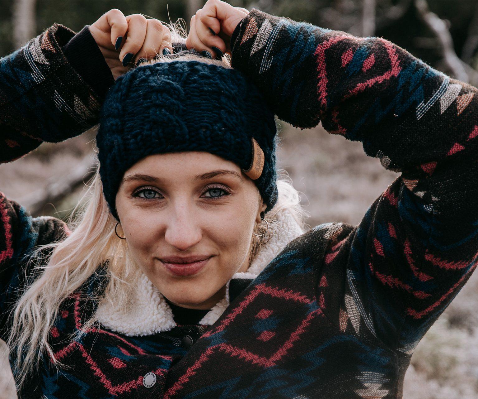 Stirnband aus reiner Merino Schurwolle in der Farbe Dunkles Petrolblau. Gefertigt von Klunkar im Bregenzerwald. Foto von Pia Pia Pia Berchtold.
