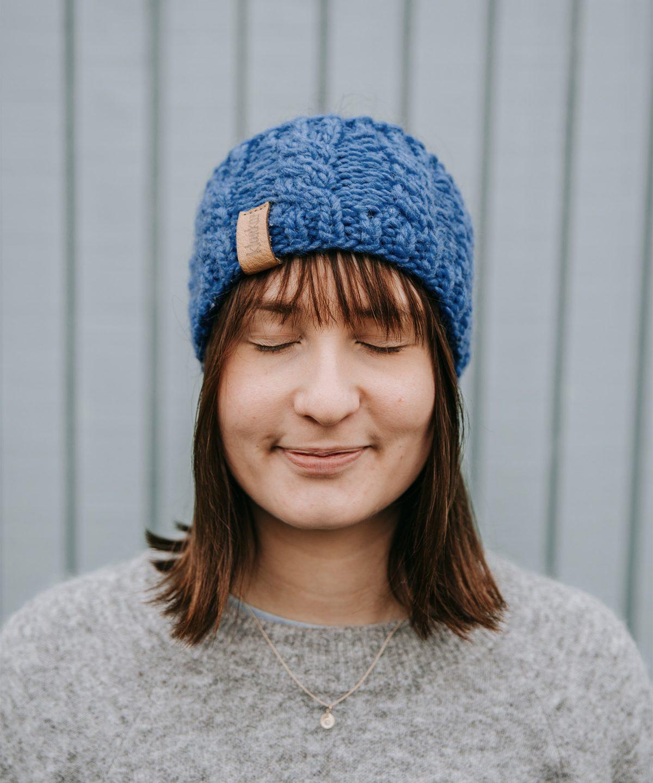Stirnband aus reiner Merino Schurwolle in der Farbe Kornblumenblau. Gefertigt von Klunkar im Bregenzerwald. Foto von Pia Pia Pia Berchtold.