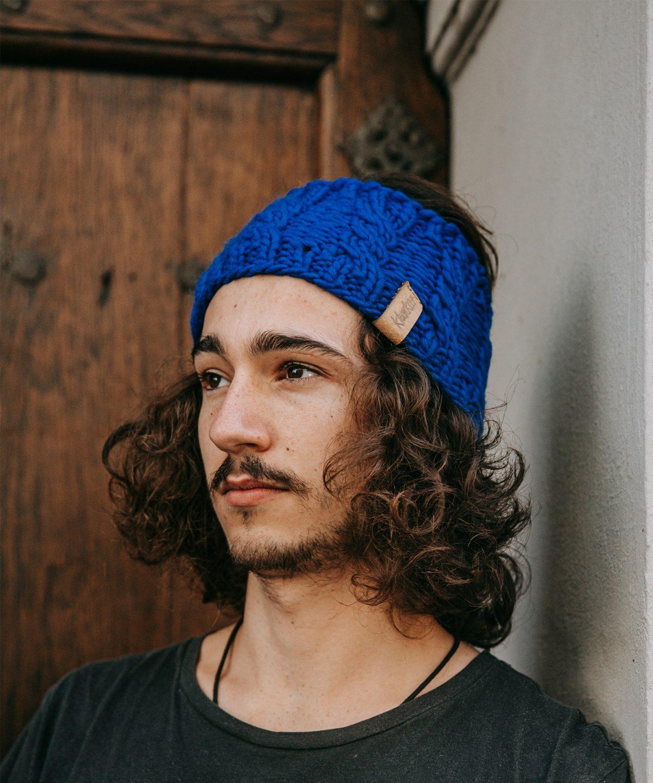 Stirnband aus reiner Merino Schurwolle in der Farbe Neonblau. Gefertigt von Klunkar im Bregenzerwald. Foto von Pia Pia Pia Berchtold.