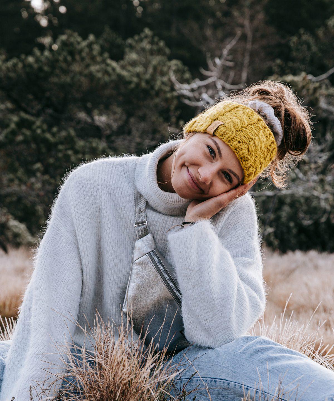 Stirnband aus reiner Merino Schurwolle in der Farbe Safrangelb. Gefertigt von Klunkar im Bregenzerwald. Foto von Pia Pia Pia Berchtold.