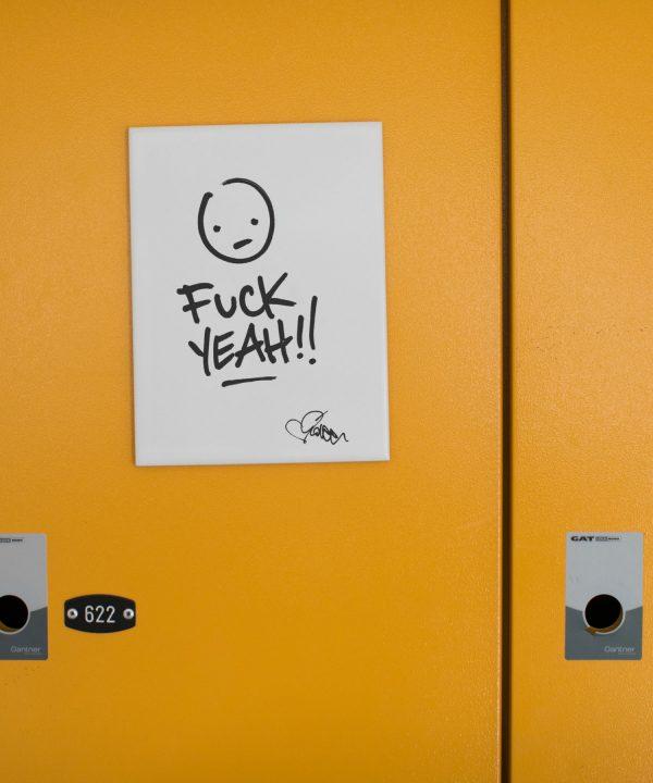 Dekor Fliese mit der Aufschrift Fuck Yeah von Streetartist idee. Wandkachel verfügbar bei House of Klunkar. Foto von Nina Bröll.