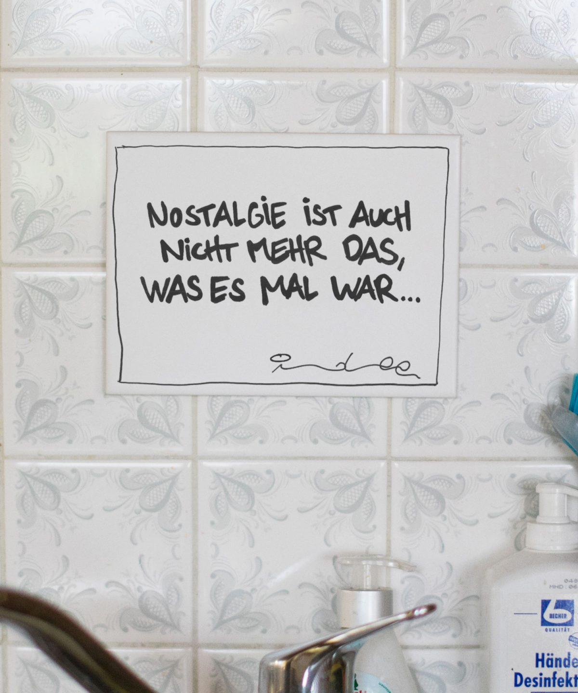"""Weiße Wandkachel mit Typo """"Nostalgie ist auch nicht mehr das, was es mal war"""". Foto von Nina Bröll."""