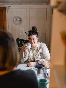 Simone Angerer sitzt in ihrem Büro von House of Klunkar und baut Communitys. Foto von Nina Bröll.