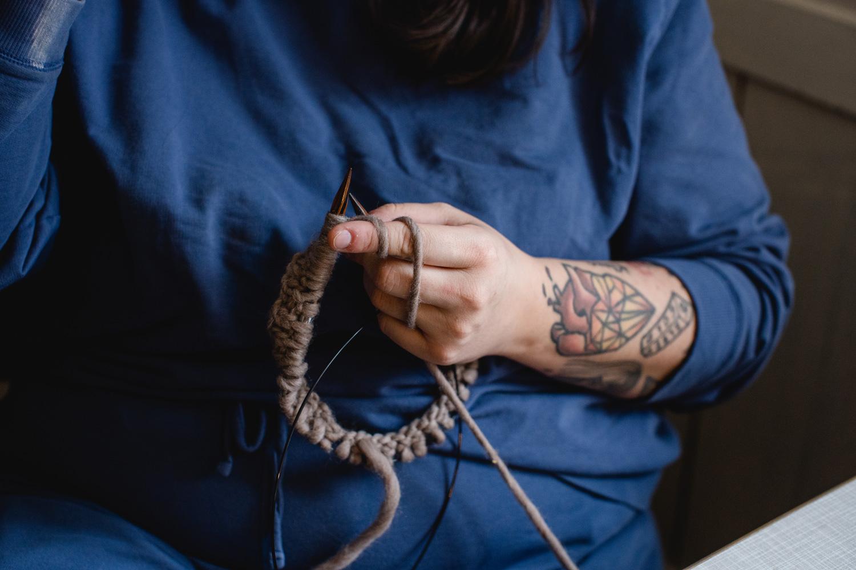 Simone Angerer strickt für Klunkar Merino Stirnbänder zum Wollfühlen. Foto von Nina Bröll.