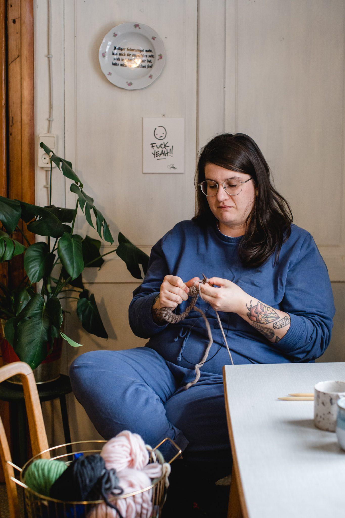 Da sitzt Simone Angerer und gibt sich vollkommen dem Stricken hin. So fertigt sie für Klunkar die Merino Stirnbänder. Foto von Nina Bröll.