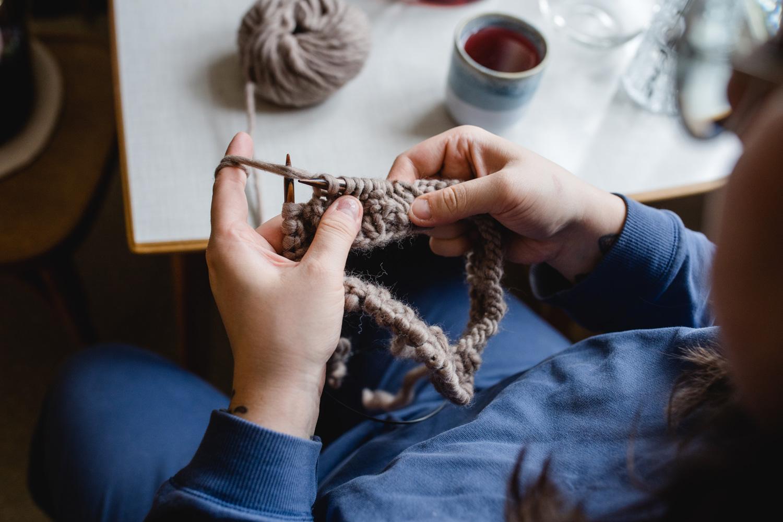 Echte Handarbeit. Die Merino Stirnbänder von Klunkar. Foto von Nina Bröll.