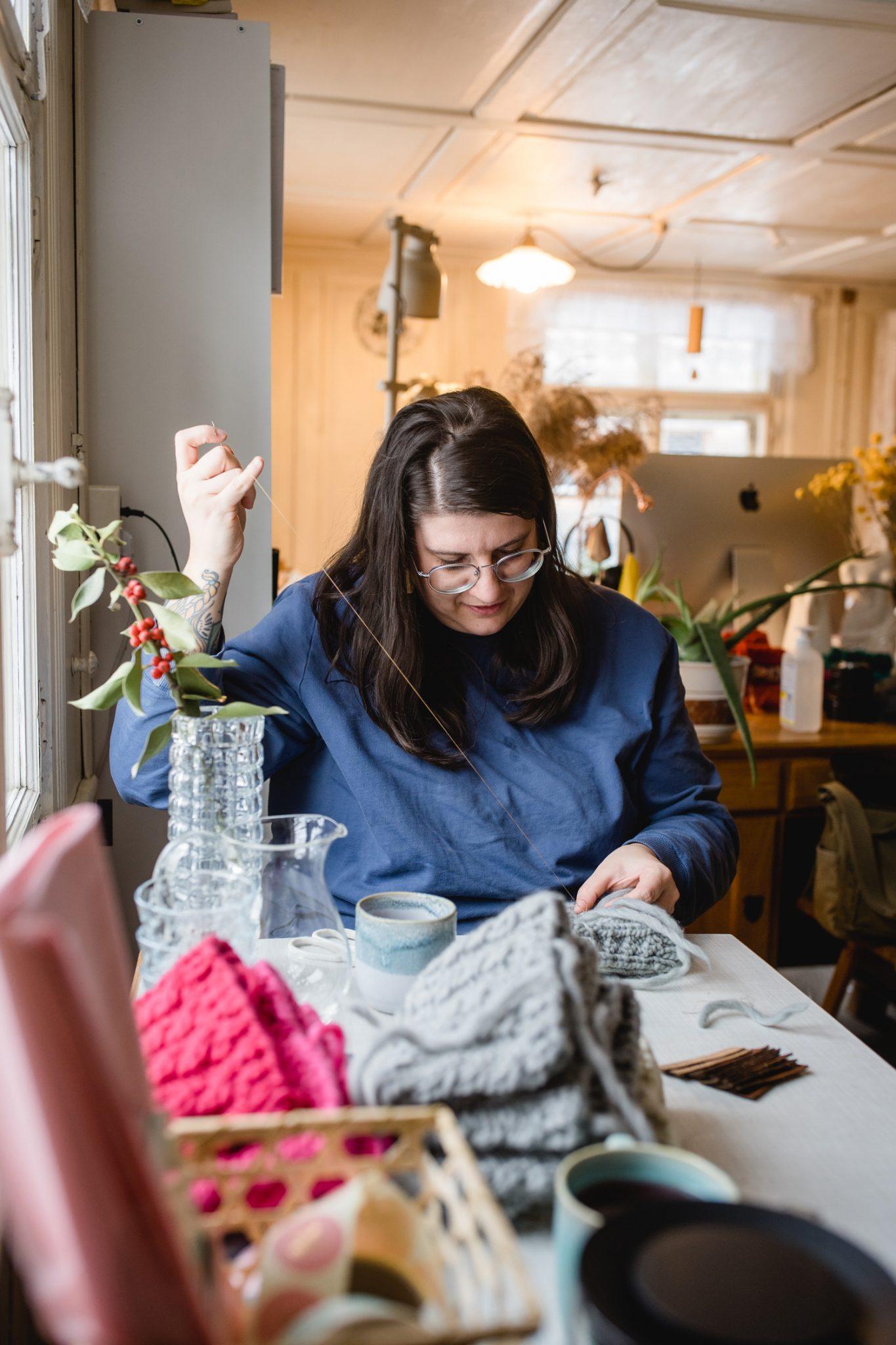 Der letzte Arbeitsschritt bei der Fertigung der Klunkar Stirnbänder ist das Vernähen. Foto von Nina Bröll.
