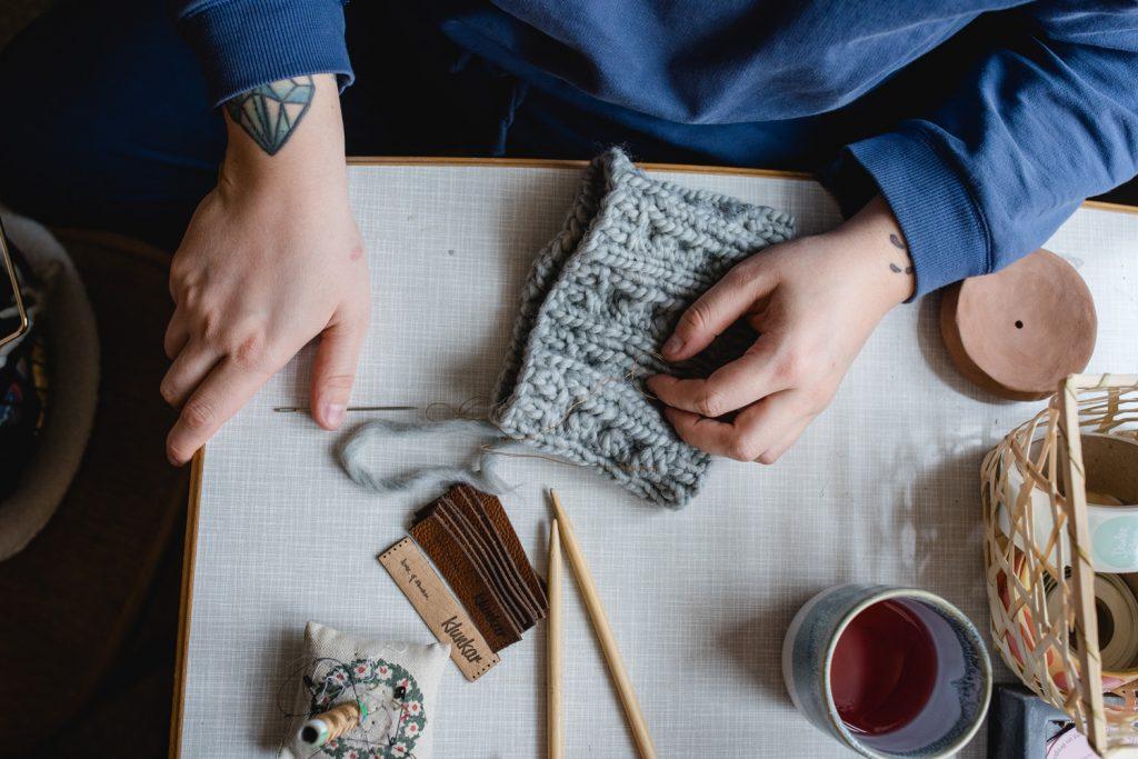 Der Prozess der Fertigung der Wollfühlen Stirnbänder beinhaltet viele Arbeitsschritte. Simone Angerer strickt die Klunkar Stirnbänder von Hand. Foto von Nina Bröll.