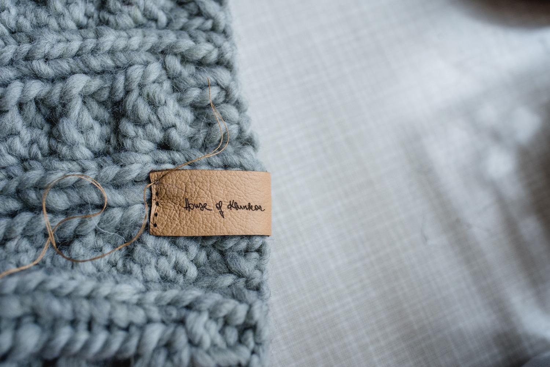 House of Klunkar Lederlabels für die Merino Stirnbänder. Foto von Nina Bröll.