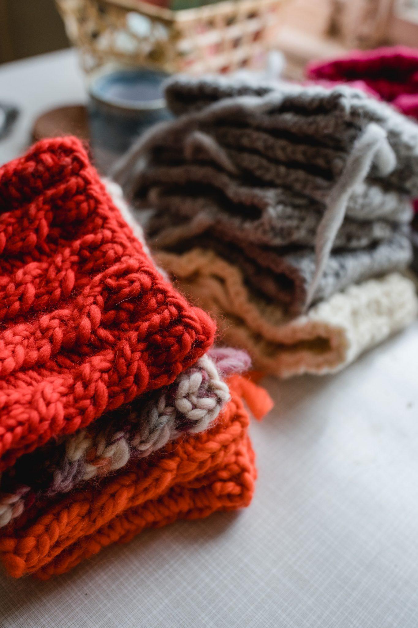 Ein Stapel mit breiten Stirnbändern von Klunkar in verschiedenen Farben. Foto von Nina Bröll.