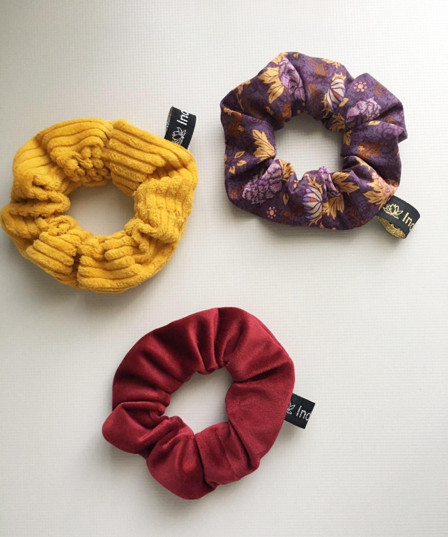 3er Set Scrunchies in Gelb, Weinrot und violettem Blumenmuster. Vom Label Indivisew.