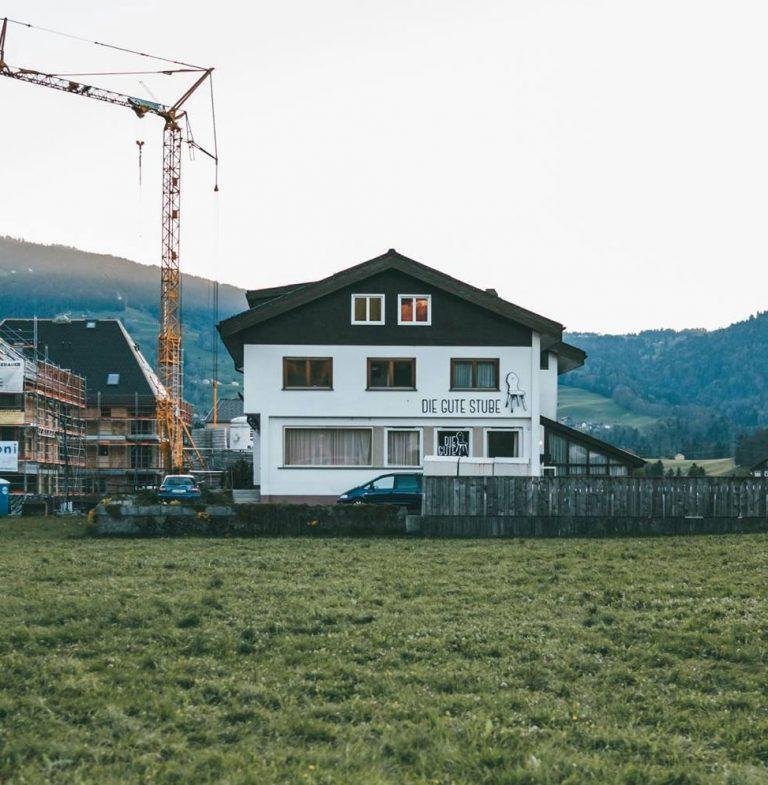 Die Gute Stube Andelsbuch war fürher ein Hotel. Heute ist sie Comaking und Coworking mit Freiraum im Bregenzerwald. Foto von Angela Lamprecht.
