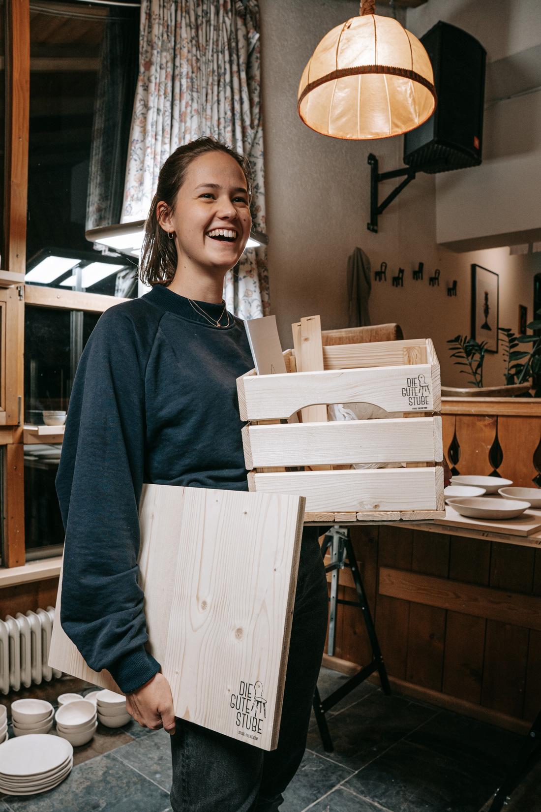 Pia freut sich über ihr erstes Keramik Kit aus der Guten Stube Andelsbuch.