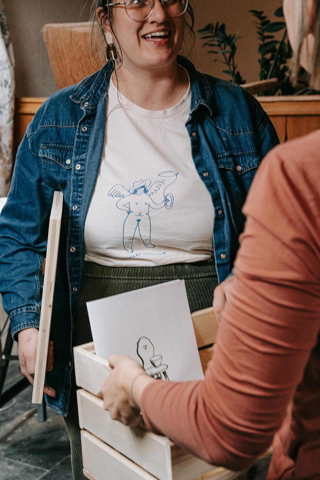Übergabe des Keramik-Kit an die Teilnehmenden des Online Workshops. Foto von Pia Pia Pia Berchtold.