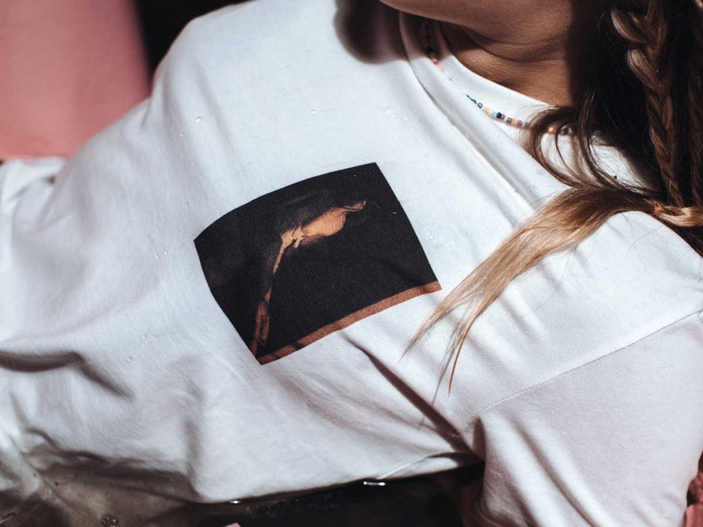 T-Shirt Serie mit Kunstprints von Nina Bröll.