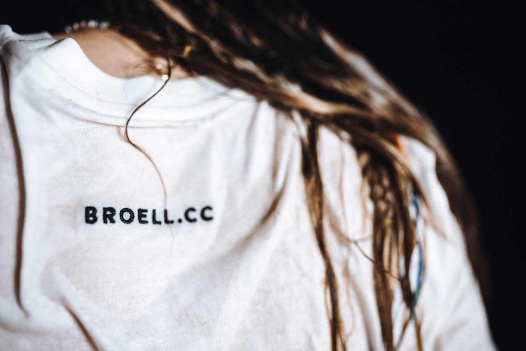 broell.cc gestickt auf Biobaumwolle T-Shirt von Nina Bröll.