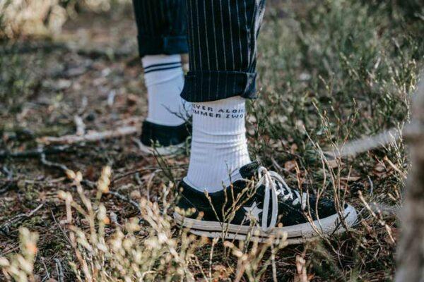Weiße Socken mit Botschaft von Zwo Socken