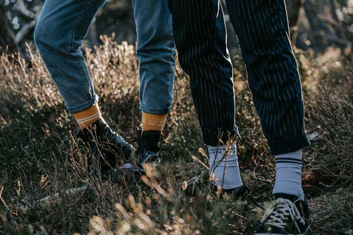 Zwo Socken mit Streifen und Buchstaben von Pia Pia PIa