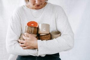 Epic Leni mit ihren Bechern aus Keramik.