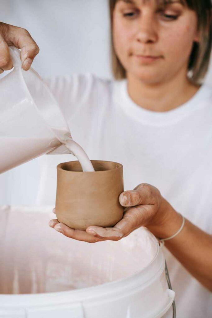 Epic Leni schenkt Glasur in Keramik Becher
