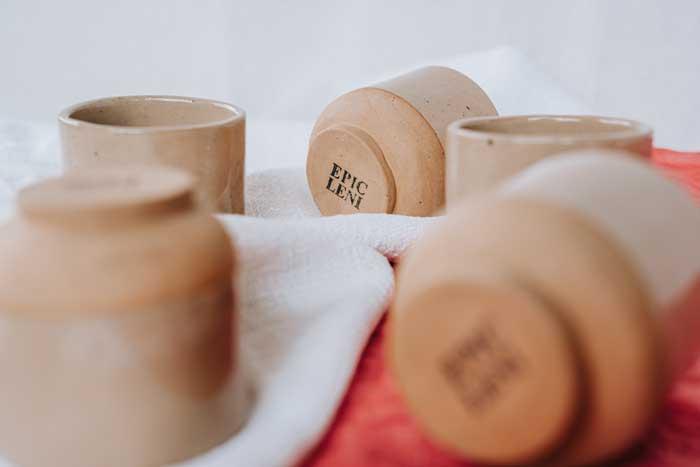 Gruppe Keramik Becher auf Leinentücher von Epic Leni