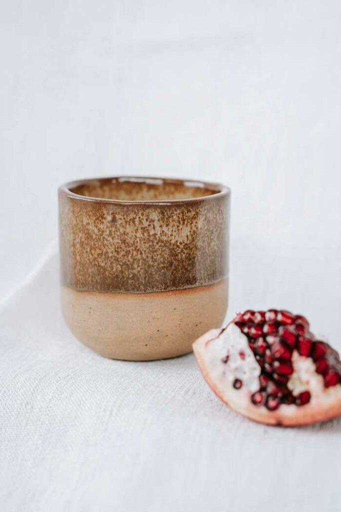 Brauner Keramik Becher von Epic Leni.