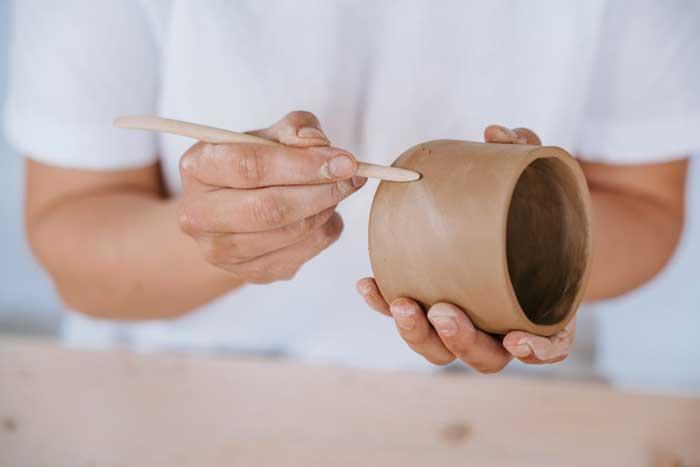 Oberflächen Behandlung am Epic Leni Keramik Becher.