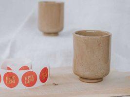 Hellbrauner Keramik Becher mit Sockel von Epic Leni.