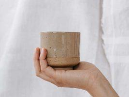 Lydia Keramik-Becher hellbraun mit Sockel von Epic Leni